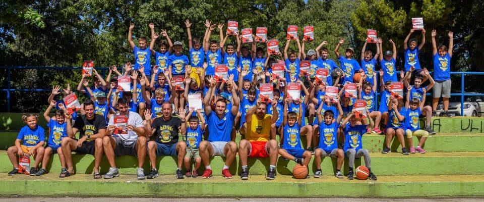 Grupna slika svih polaznika ljetne škole košarke 2019.